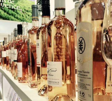 Rosé wijn in het schap